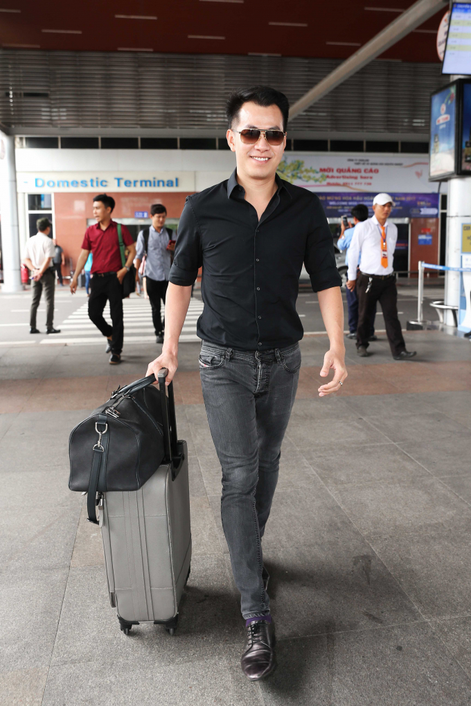 Có mặt tại sân bay cùng lúc với S.T là ca sĩ Hồ Trung Dũng. Vẫn phong cách thanh lịch như mọi ngày, anh chọn áo sơmi đen quần jeans nhưng vẫn vô cùng nổi bật ở sân bay.