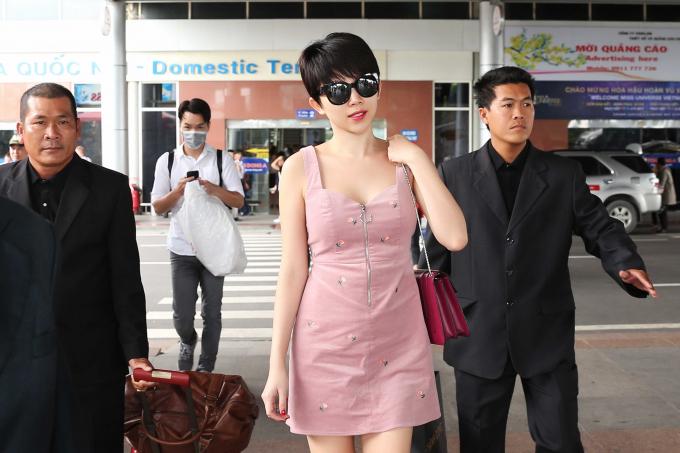 Ca sĩ Tóc Tiên chọn cặp mắt kính đen, kết hợp cùng trang phục áo liền màu hồng nhạt, gây chú ý bởi cá tính thời trang và mạnh mẽ, nữ quyền.