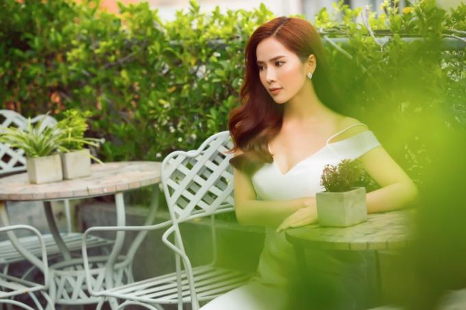 Á hậu du lịch hoàn vũ thế giới diện váy trắng khoe vẻ đẹp mong manh