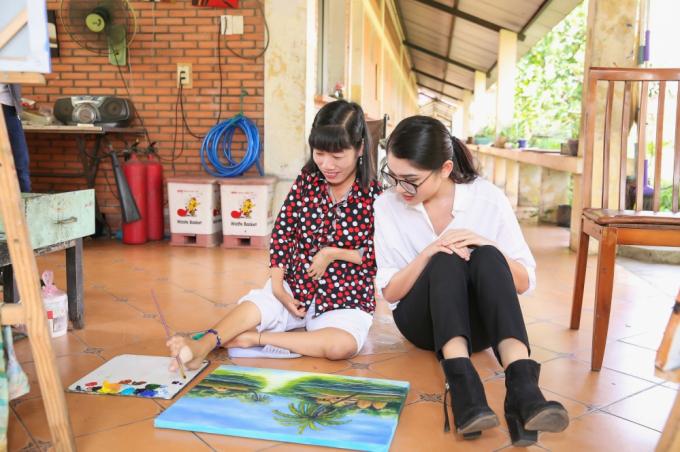 Á hậu Thuỳ Dung mang tranh của người khuyết tật đến Hoa hậu Quốc tế 2017