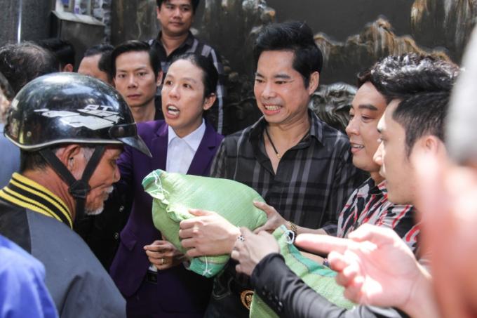 Sau khi kết thúc hoạt động phát gạo và tiền ngày sinh nhật, 6h sáng ngày mai 27/11, danh ca Ngọc Sơn sẽ bắt đầu chuyến từ thiện tới miền Trung để bắt đầu hành trình hỗ trợ những người dân chịu ảnh hưởng của bão lụt vừa qua.