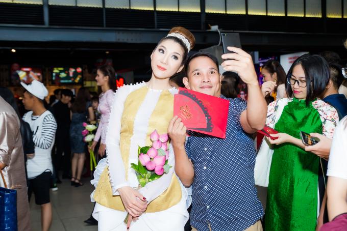 Siêu mẫu Ngọc Quyên trở về nước để đồng hành cùng ekip đoàn phim đoàn phim Mẹ Chồng của đạo diễn Lý Minh Thắng thực hiện những kế hoạch quảng bá cho bộ phim.