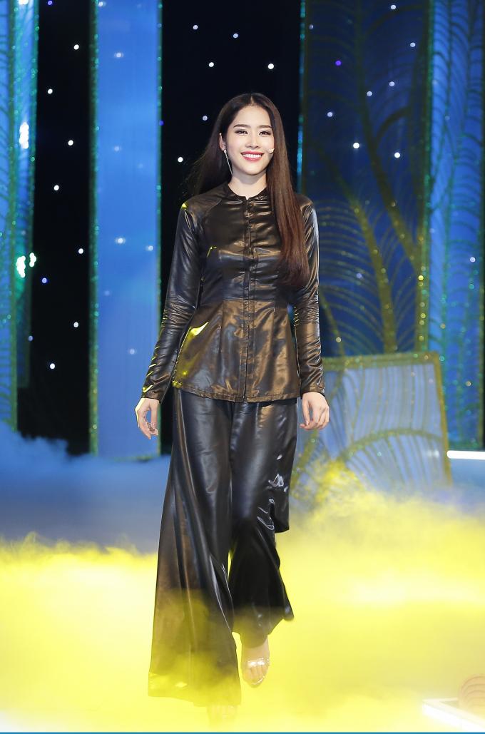 Bộ áo bà ba thuần túy mà Hoa khôi Nam Em đã thể hiện trong phần mở màn đặc sắc của show diễnThe Dreamers được trao tặng.