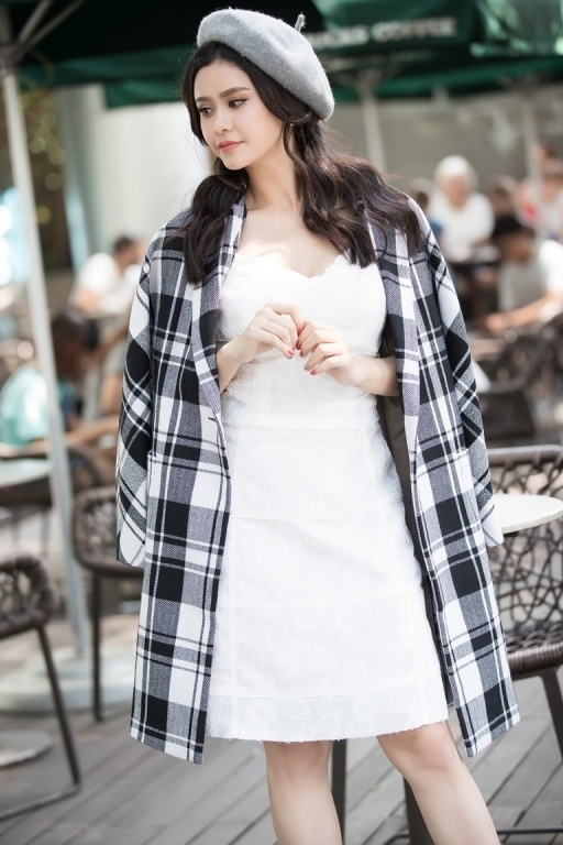 Trương Quỳnh Anh như một quý cô thời thượng trong mẫu măng tô caro của Elise.