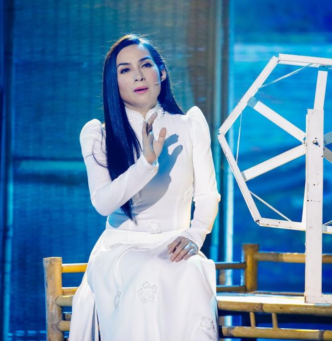 Phi Nhung đẹp hút hồn với áo dài trắng