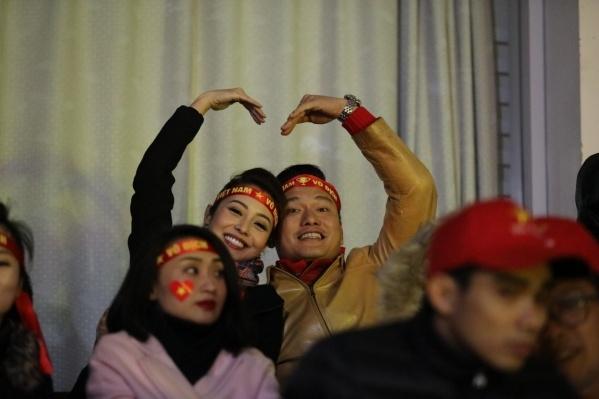Cả hai vợ chồng Jennifer Phạm đều rất mê bóng đá và cổ vũ hết mình cho đội tuyển