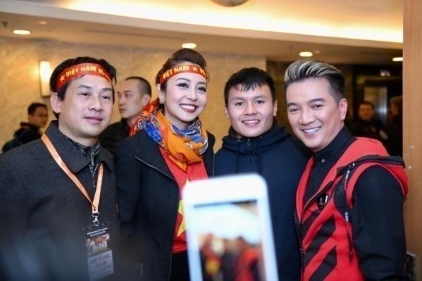 Jennifer Phạm rạng rỡ cùng Mr Đàm chụp hình cùng Quang Hải