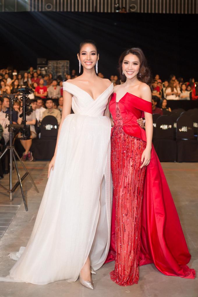 """Tường Linh có dịp """"đọ dáng"""" cùng Á hậu Hoàn vũ 2017 Hoàng Thùy – cũng là người """"thầy"""" của Tường Linh khi cô tham gia The Face 2017."""