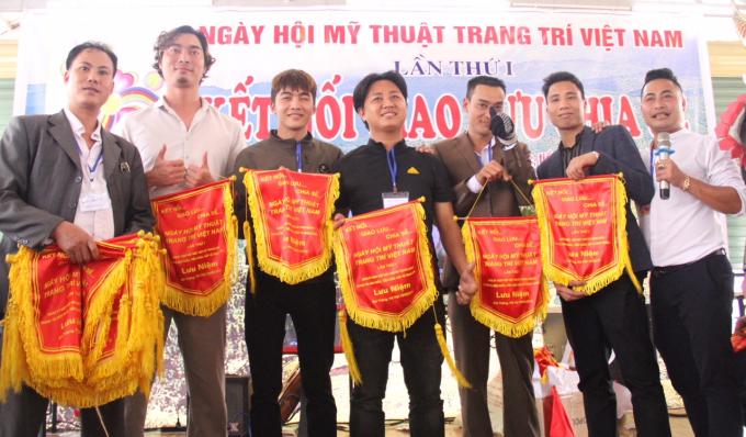 Ngày hội Mỹ thuật Trang trí Việt Nam lần thứ nhất được diễn ra với sự góp mặt của các họa sĩ, người làm mỹ thuật trang trí trên cả nước.