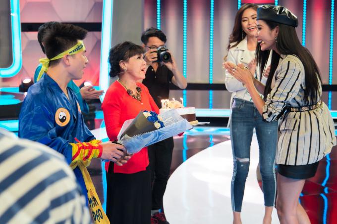 Á hậu Hoàng Thùy bất ngờ nhận được món quà sinh nhật sớm