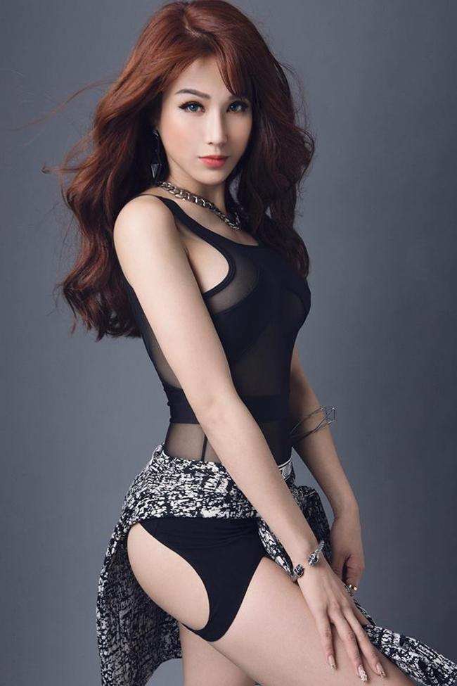 Bên cạnh đó, cô cũng tích cực luyện tập vũ đạo và chia sẻ nhiều điệu nhảy sôi động trên trang cá nhân tới người hâm mộ.