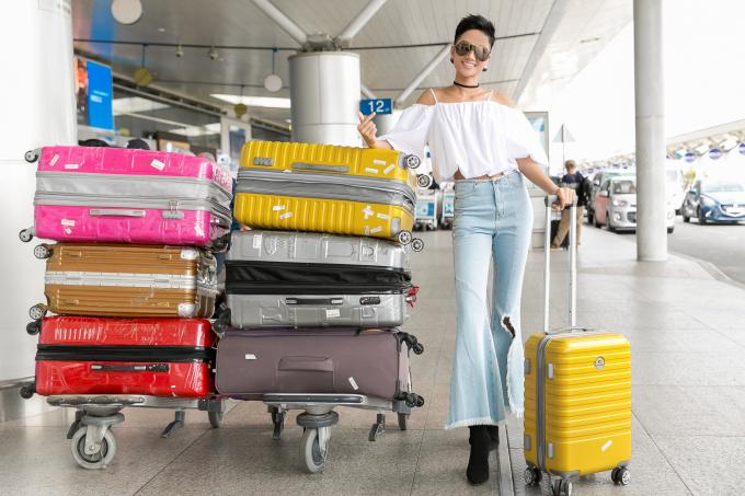 Hoa hậu H'Hen Niê sành điệu ở sân bay, háo hức cho chuyến đi xuất ngoại đầu tiên