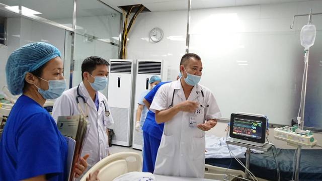 Các bác sĩ vẫn đang chăm sóc tích cực cho bệnh nhân.