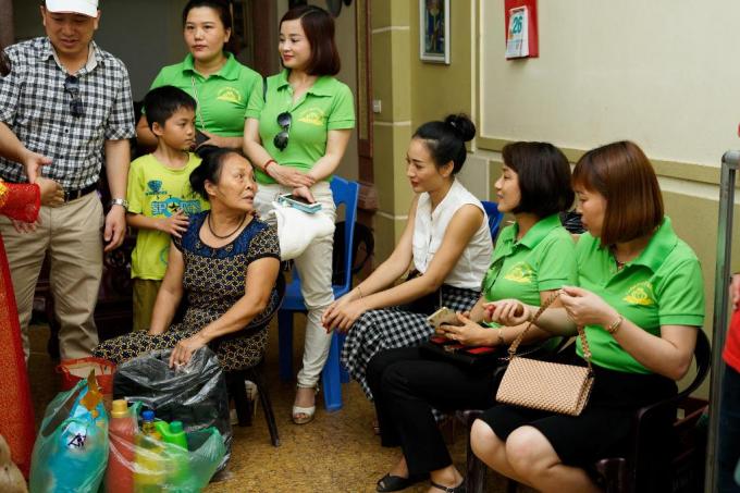 Nhà thiết kế thời trang quốc tế Valentines Vân Nguyễn cùng trẻ em có hoàn cảnh khó khăn mừng ngày 1/6