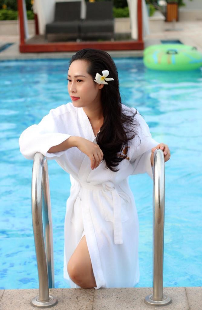 Sau khi chụp bộ ảnh thời trang xong, cả nhóm rời Sài Gòn nóng bức để đến vùng Tây Đô - Cần Thơ. Hạnh Lê và mọi người ở tại Vinpearl Hotel, cô hoa hậu được dịp thỏa sức vùng vẫy với làn nước trong xanh.
