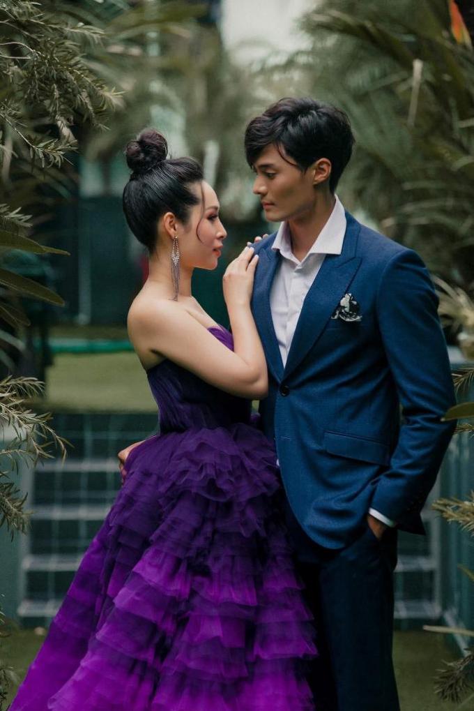 Đôi bạn diễn Hạnh Lê và Lee Seung Hwan thật tình tứ và ăn ý khi làm mẫu giới thiệu thời trang dành cho giới doanh nhân.