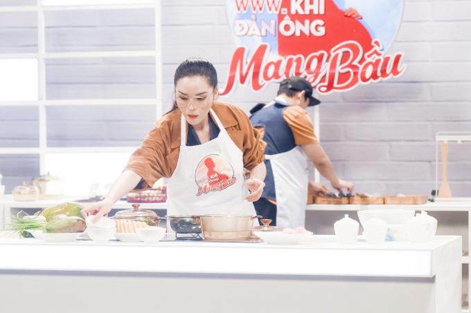 Vào bếp nấu ăn Hương Giang tuyên bố với Trường Giang