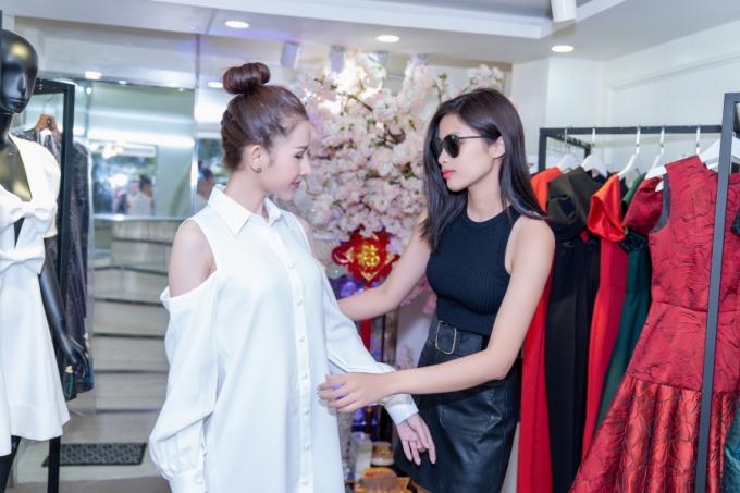 Nguyễn Thị Thành tư vấn trang phục cho Chi Nguyễn trước giờ G