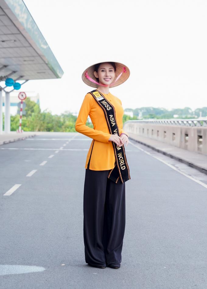 Bộ trang phục truyền thống được NTK Tuấn Hải thiết kế mộc mạc, thanh thoát, kết hợp chiếc nón lá thân quen nhưng lại giúp Chi Nguyễn thu hút sự chú ý của nhiều hành khách và khách du lịch có mặt tại sân bay.
