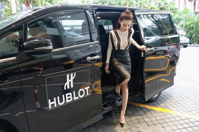 Diện set đồ 700 triệu, Jolie Nguyễn đọ dáng cùng hoa hậu Kỳ Duyên