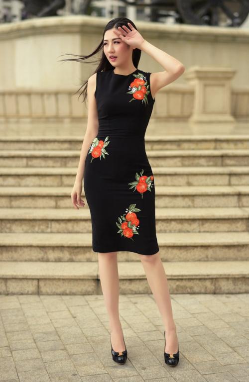 Trong bộ sưu tập lần này, Helene Hoài thiết kế khá nhiều đầm màu đen với họa tiết là các hoa quả nhiệt đới giúp chị em khoe dáng mà không bị nhàm chán