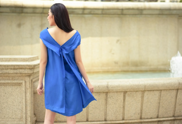 Bộ váy dáng suông màu xanh biển với phần cổ hở được thiết kế theo phong cách trẻ trung, hiện đại tạo nên sự năng động và phá cách cho chị em.Đặc biệt phần vạt xẻ phía sau chiếc váy tạo nên vẻ quyến rũ và bay bổng bất ngờ cho nàng Á hậu.