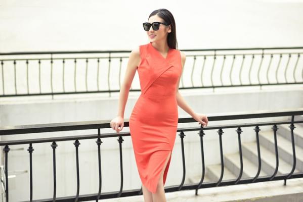 Đầm ôm bút chì màu cam tạo cảm giác tươi tắn, năng động và đầy sức sống.