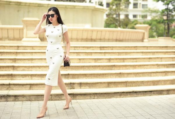 Chân váy bút chì, với màu trắng với điểm nhấn là hình ảnh những con côn trùng giúp Á hậu Tú Anh trông hết sức thanh lịch và nhẹ nhàng