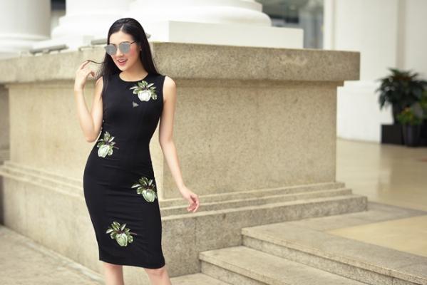 Bộ váy liền màu đen với họa tiết là những quả táo đầy duyên dáng cũng phù hợp với rất nhiều dịp khác nhau