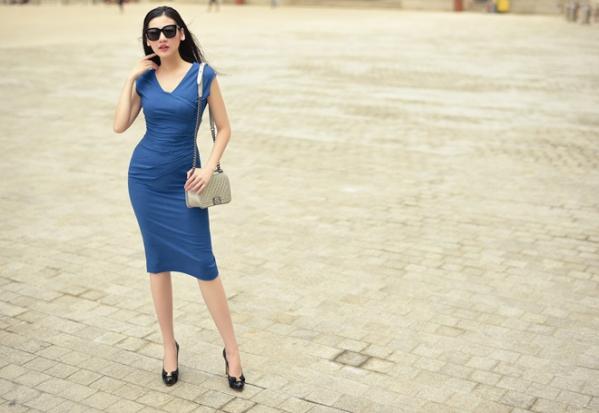 Cũng là dáng váy bút chì nhưng chiếc đầm màu xanh nước biển này với những đường xếp nếp ở phần eo tôn dáng có thể giúp các chị em có thể giấu được khuyết điểm rất tốt