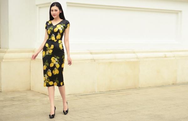 Bộ váy satin màu đen họa tiết chanh vàng dáng bút chì với phần cổ xẻ cũng phù hợp với rất nhiều dáng người và có thể sử dụng trong nhiều dịp khác nhau