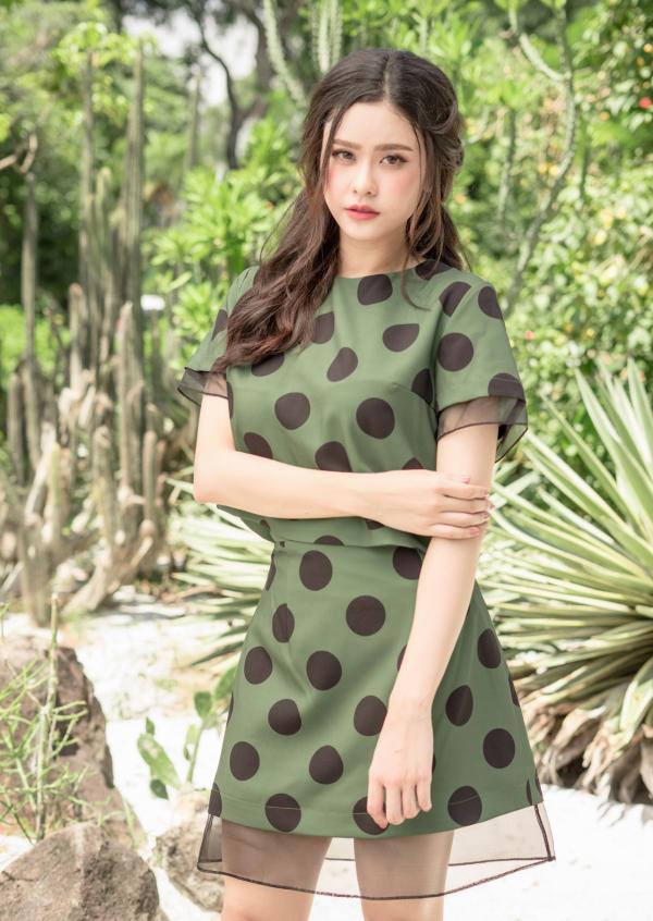 Nữ ca sĩ Trường Quỳnh Anh hòa nhịp với những dấu ấn đầy ấn tượng cuốn hút. Cô mang đến nét dịu dàng với váy dáng dài thiết kế nữ tính. Đầm chấm bi là item mùa Hè duyên dáng bạn gái nên lựa chọn.