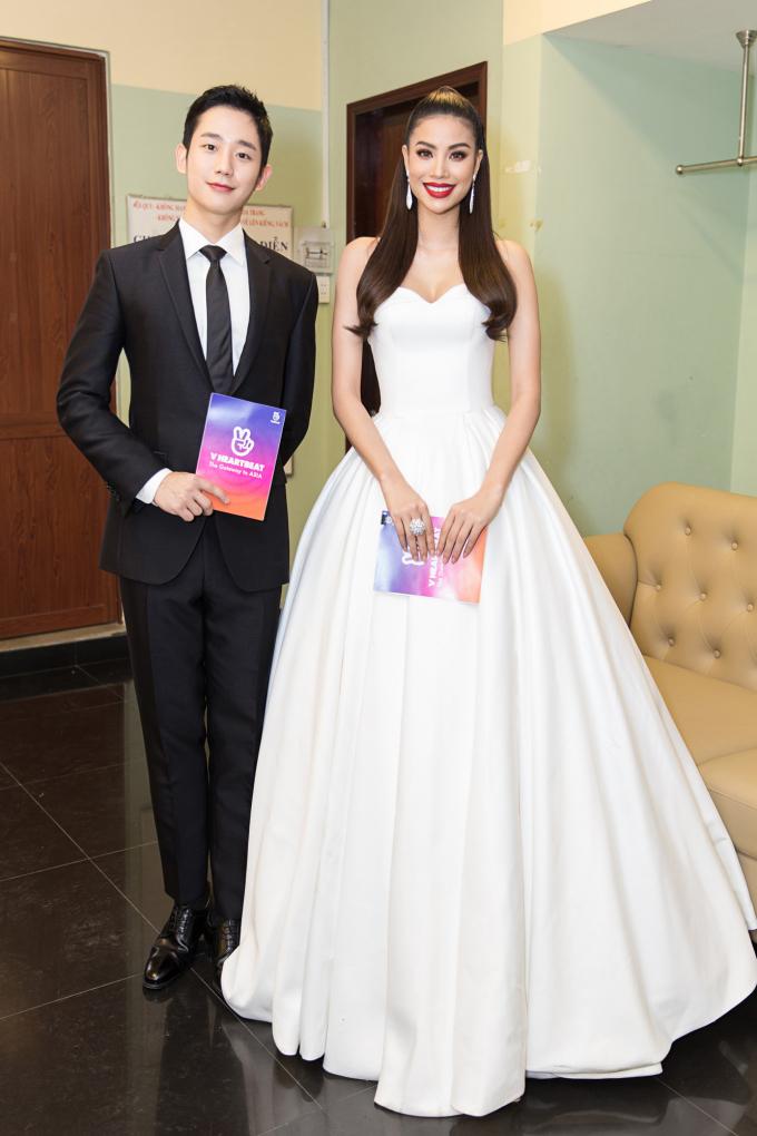 Hoa hậu Phạm Hương tay trong tay cùng sao nam Jung Hae In