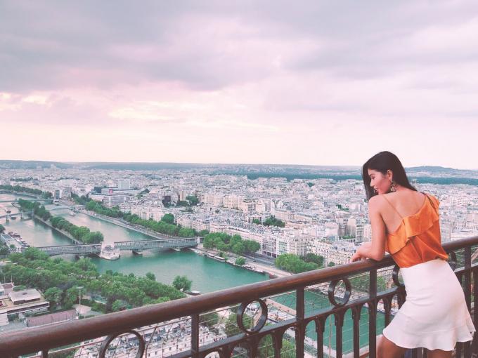 Nhân dịp sang thăm chồng là bác sĩ Trần Tiễn Chánh đúng dịp World Cup 2018 với chiến thắng của nước Pháp, cô và ông xã hoà mình xuống đường để chúc mừng nước Pháp.