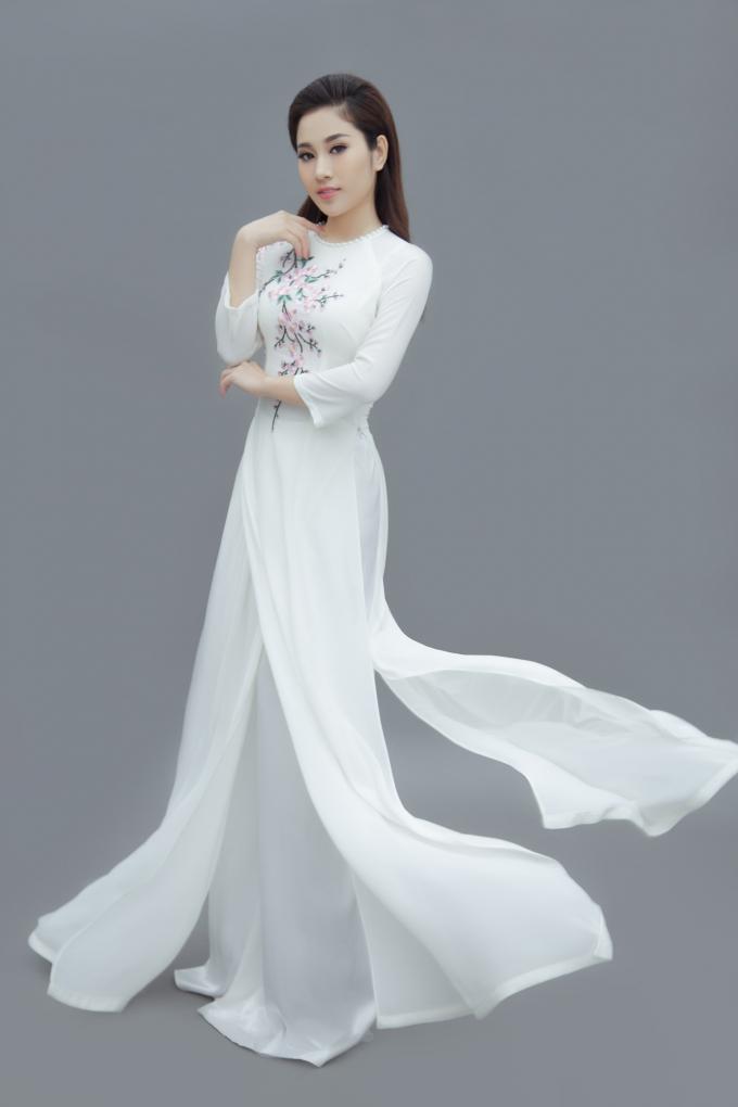 Ngọc nữ Bolero Tố My khoe đường cong quyến rũ trong những tà áo dài nền nã