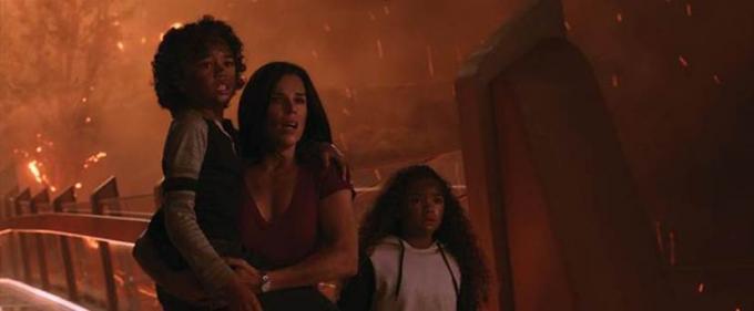 Sarah và hai con cố gắng thoát khỏi vòng vây biển lửa đang lan khắp tòa tháp