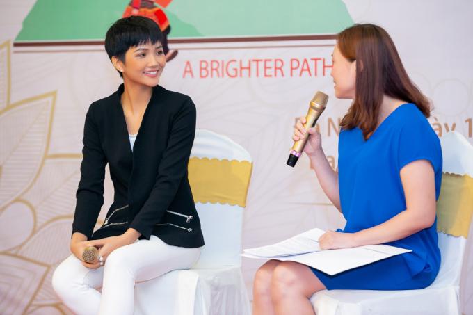 Hoa hậu H'hen Niê hóa cô gái dân tộc H'Mông tham gia hoạt động cộng đồng tại Đà Nẵng