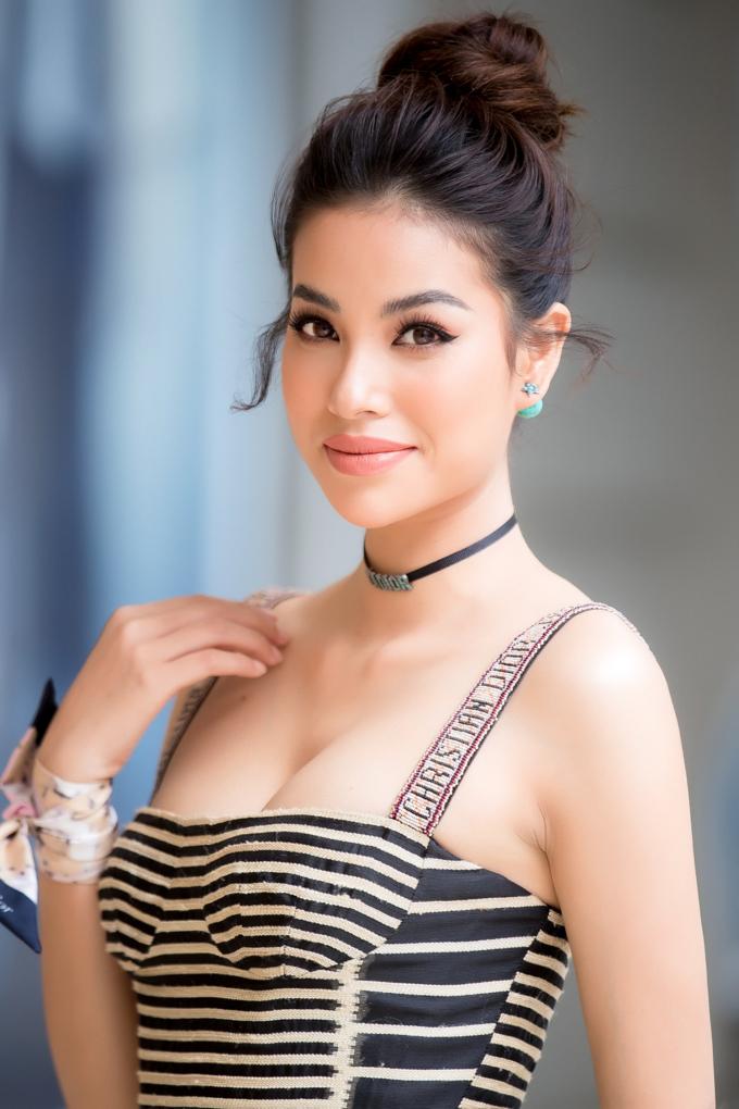 Phạm Hương trẻ trung, sang chảnh với váy sọc ngang thời thượng