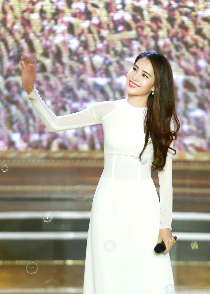 Nam Em hát 3 thứ tiếng trong đêm tiệc chào đón 50 thí sinh Hoa hậu quốc tế
