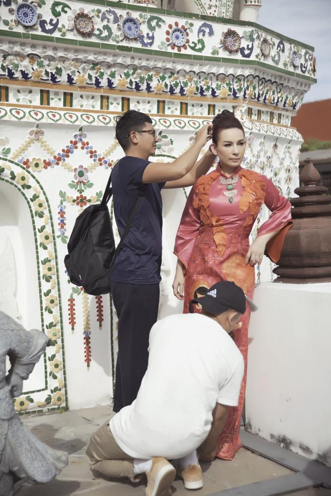 Phi Nhung giản dị đi thuyền và xe tuk tuk đi quay và chụp hình quảng cáo tại Thái Lan