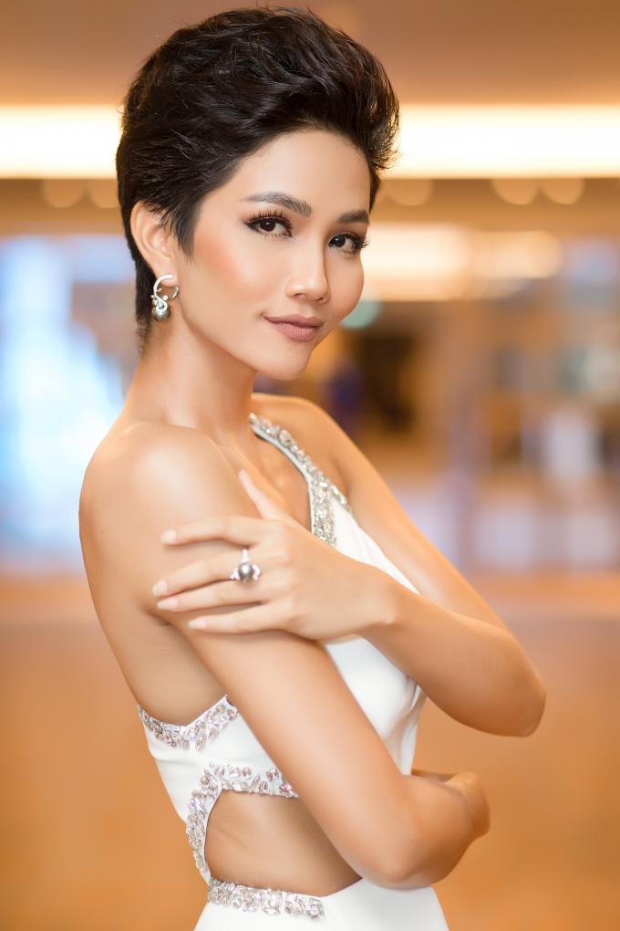 Diện cùng tông trắng, Hoa hậu H'hen Niê và Á hậu Hoàng Thùy đẹp