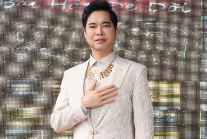 Anh từng đảm nhiệm vai trò giáo viên ngoại ngữ đồng thời là leader cho một câu lạc bộ về ngoại ngữ tại trường Đại học Mở (97 Võ Văn Tần, Q.3, TP.HCM) hồi năm 1993, dù cho trước đó Ngọc Sơn tốt nghiệp nhạc viện.