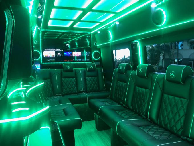 Hoa hậu Hoàng Hải My dùng xe limousine đón khách đến biệt thự triệu đô ngày ra album.