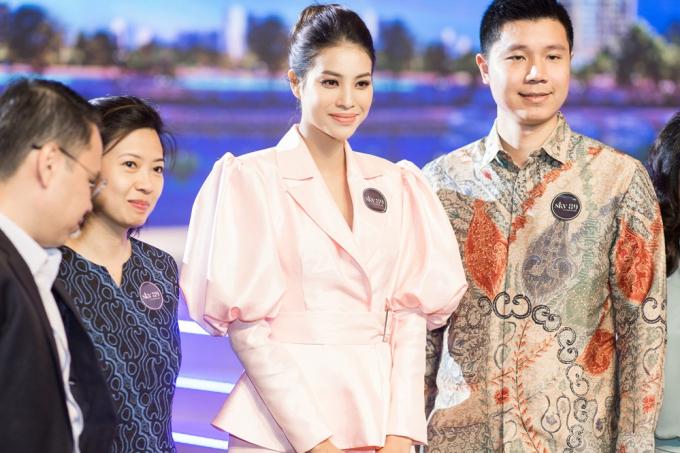 Phạm Hương khoe chân dài miên man tại sự kiện