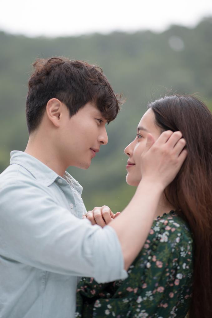 Đóng cặp cùng Nam Em trong phim là chàng trai Wook Suk Jung