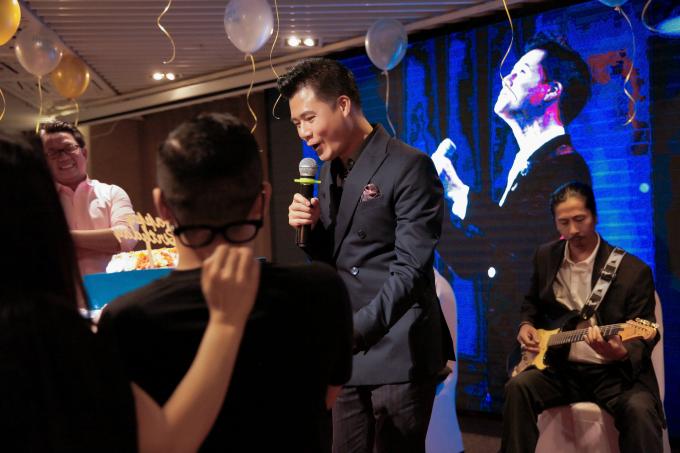 Quang Dũng xúc động khi con trai hát mừng sinh nhật bố