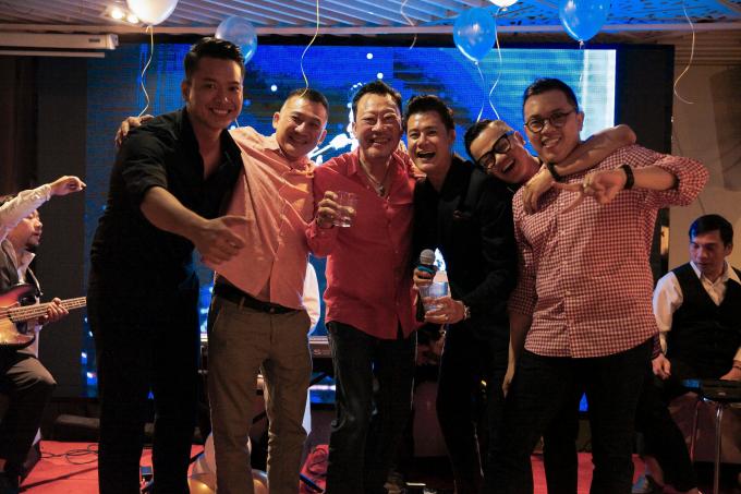 Mặc dù kẹt show không đến mừng sinh nhật, nhưng bất ngờ khi phát clip chúc mừng nhưng những người bạn thân và gia đình đã âm thầm tổ chức và tạo bất ngờ cho anh.