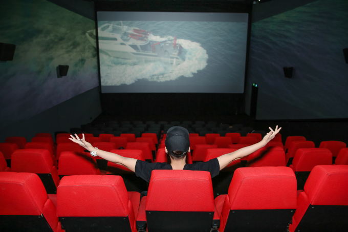 Hot vlogger Huy Cung đã lần đầu tiên đến rạp ScreenX để được đắm mình trong 3 màn hình chiếu cuộc chiến đẫm máu này.