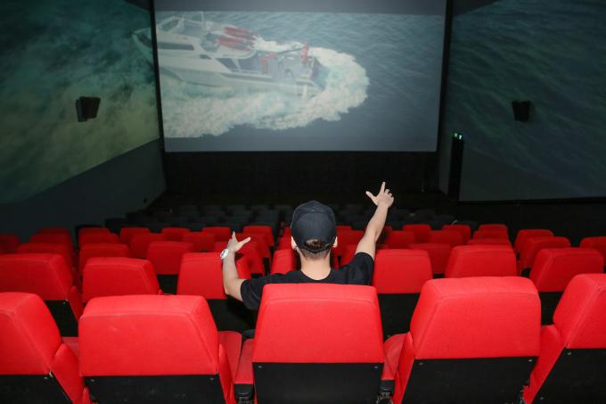 Xem phim ScreenX, mọi người một lúc xem được 3 màn hình chiếu với chất lượng hình ảnh và âm thanh được nâng lên dữ dội gấp nhiều lần.