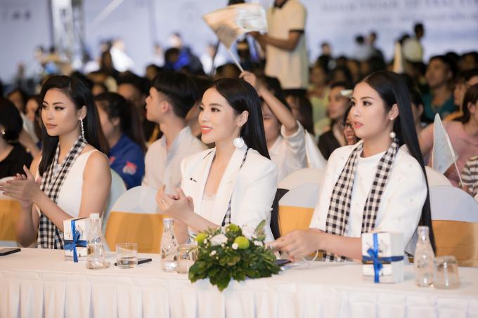 Hồ Ngọc Hà, Hoàng Thùy Linh khiến sinh viên đứng ngồi không yên